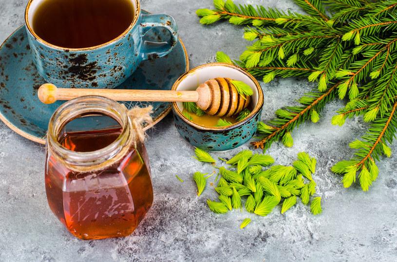 Profilaktycznie wystarczy wypić codziennie małą łyżeczkę syropu, solo, ewentualnie dodać ją do wody lub herbaty /123RF/PICSEL