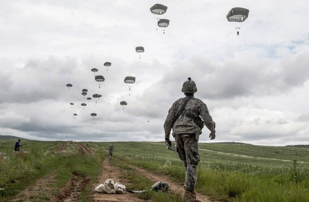 Program ćwiczeń obejmuje m.in. desant amerykańskich spadochroniarzy w Polsce /AFP