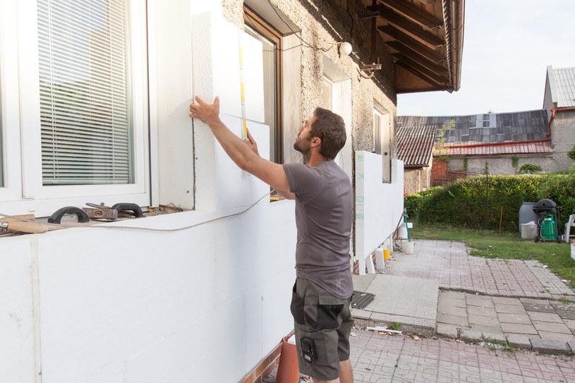 Program Czyste Powietrze dofinansowuje miedzy innymi termomodernizację domów /123RF/PICSEL