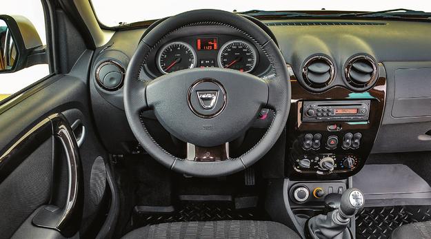 Projekt kokpitu jest miły dla oka, ergonomia – niezła, a sposób wykończenia zasługuje na ocenę dostateczną. Na pociechę – w lepszych wersjach kierownica i lewarek zmiany biegów są obszyte skórą. /Motor