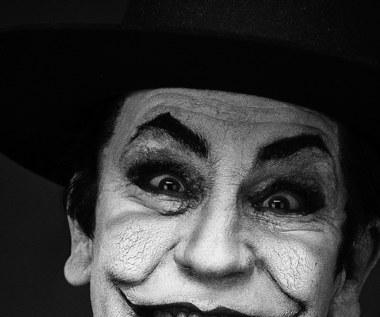 """Projekt Millera przypomina o wybitnych dziełach z minionego stulecia i oddaje hołd ich twórcom. To również rodzaj opowieści o istocie aktorstwa i wcielaniu się w rolę, a także o samym Johnie Malkovichu.   Na zdjęciu - John Malkovich jako Jack """"Joker"""" Nicholson ze słynnej fotografii Herba Rittsa z 1988 roku."""