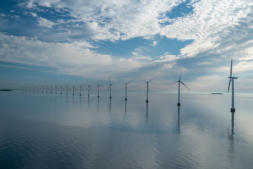 Projekt ustawy o promowaniu produkcji energii w farmach wiatrowych na morzu, który trafił właśnie do konsultacji, przewiduje powiązanie budowy farm z lokalnymi dostawami i miejscami pracy. /123RF/PICSEL