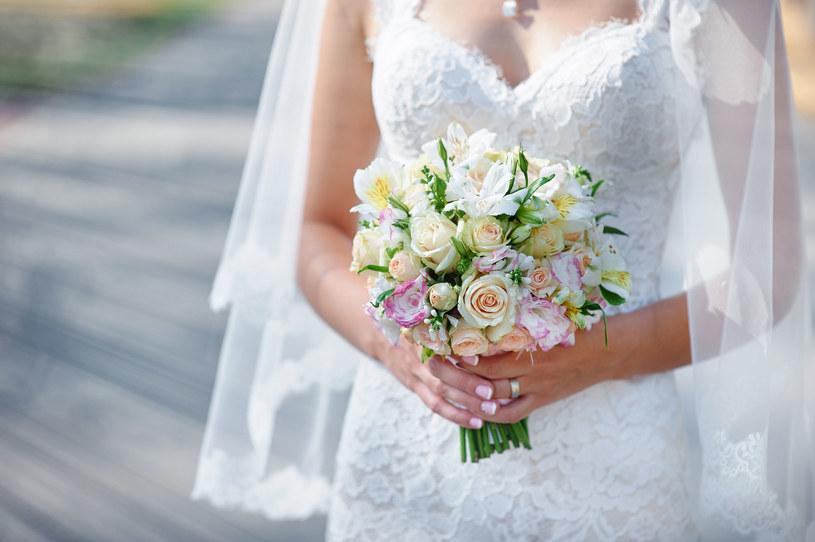 Projektanci oferują nam suknie coraz bardziej odważne i coraz mniej białe /123RF/PICSEL