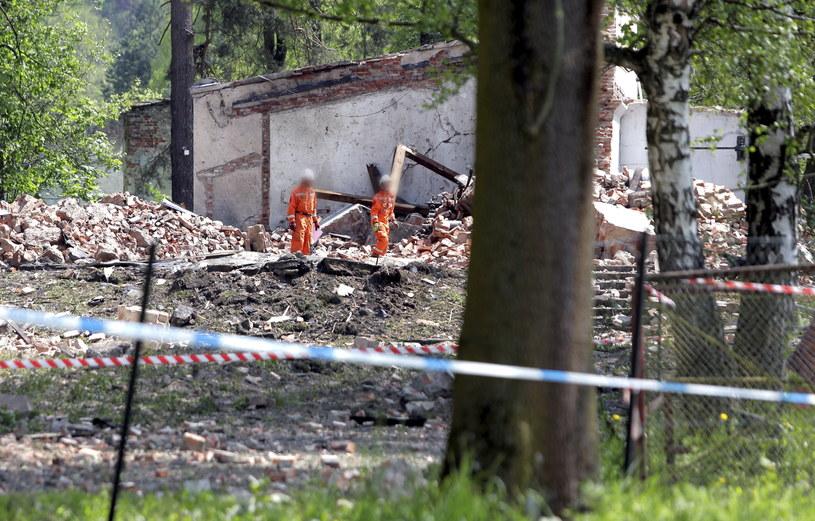 Prokuratura: Dwie wersje przyczyn wybuchu w budynku fabryki prochu /Maciej Kulczyński /PAP