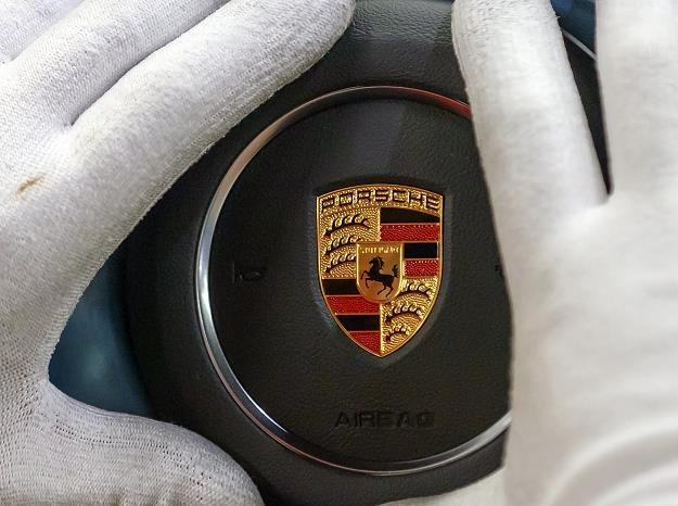 Prokuratura i policja przeprowadziły w środę przeszukania w obiektach koncernu Porsche /EPA