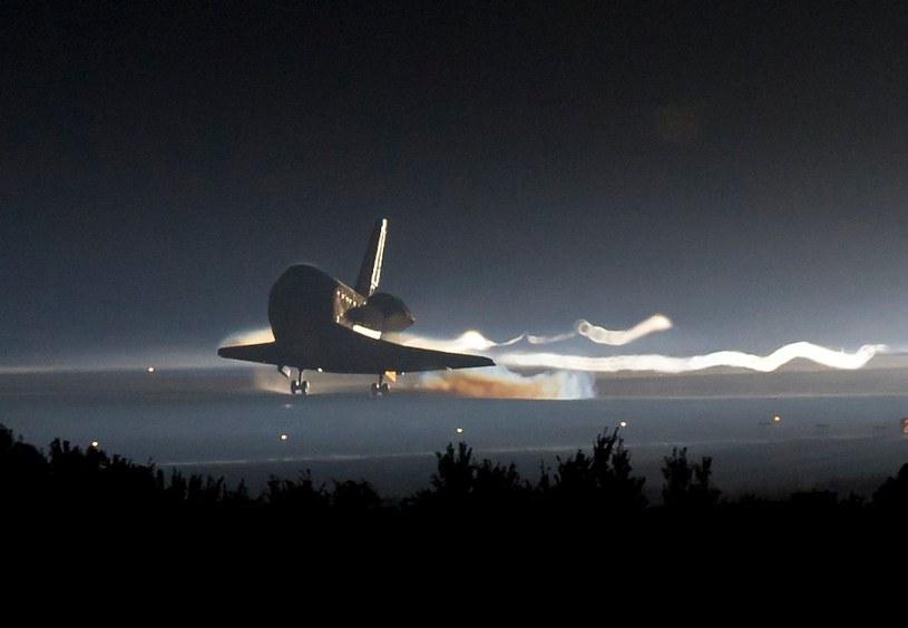 Prom Atlantis ląduje po misji STS-135 - koniec programu wahadłowców /NASA