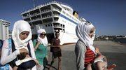 Prom z ponad 2,5 tysiącami uchodźców w Pireusie