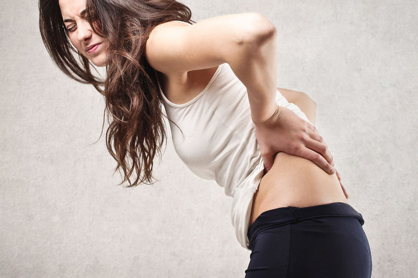 Promieniujący ból może mocno dać się we znaki /123RF/PICSEL