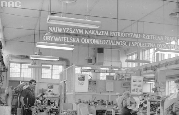 Propagandowe transparenty pod sufitem hali fabrycznej /Z archiwum Narodowego Archiwum Cyfrowego