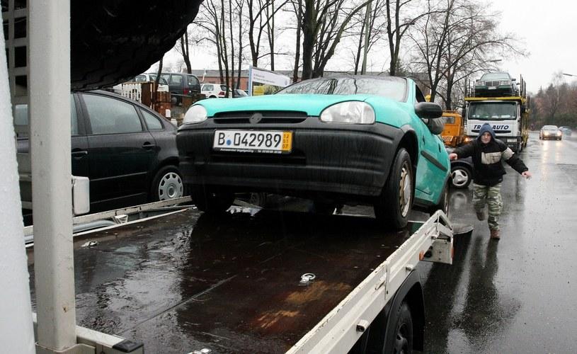 Proponowane zmiany w akcyzie miałyby zachęcić Polaków do odchodzenia od sprowadzania bardzo starych aut /Lech Muszyński /Reporter