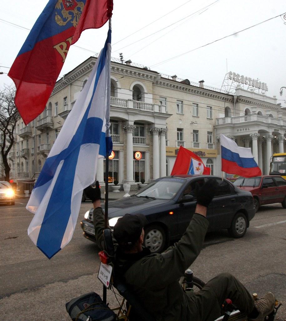 Prorosyjscy demonstranci /ZURAB KURTSIKIDZE /PAP/EPA
