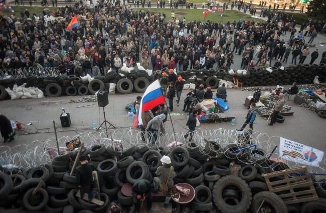 Prorosyjscy manifetanci w Doniecku /ROMAN PILIPEY /PAP/EPA