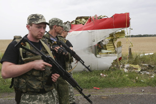 Prorosyjscy separatyści na miejscu katastrofy /ANASTASIA VLASOVA /PAP/EPA