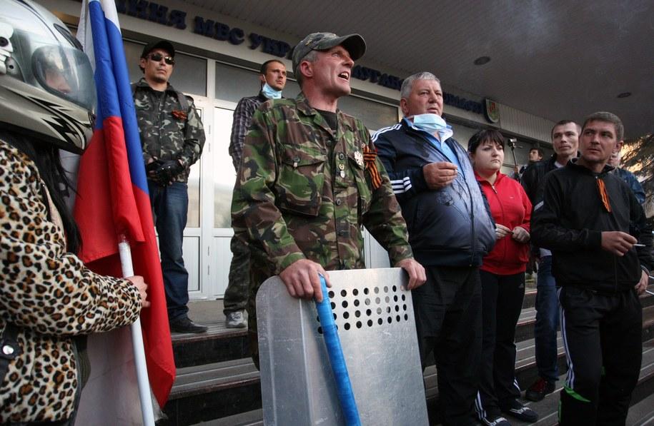 Prorosyjscy separatyści na ulicach Ługańska /IGOR KOVALENKO /PAP/EPA