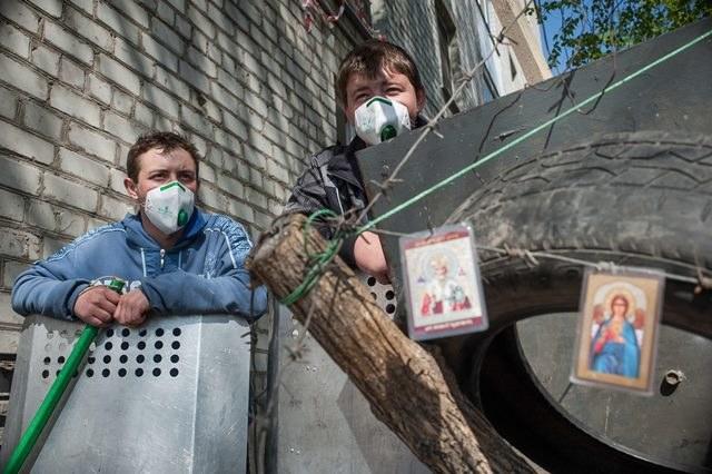 Prorosyjscy separatyści na ulicach Słowiańska /ROMAN PILIPEY /PAP/EPA