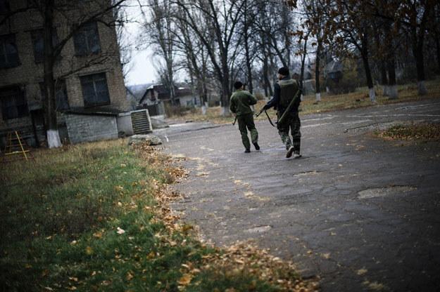 Prorosyjscy separatyści patrolują ulice Doniecka fot. Dimitar Dilkoff /AFP