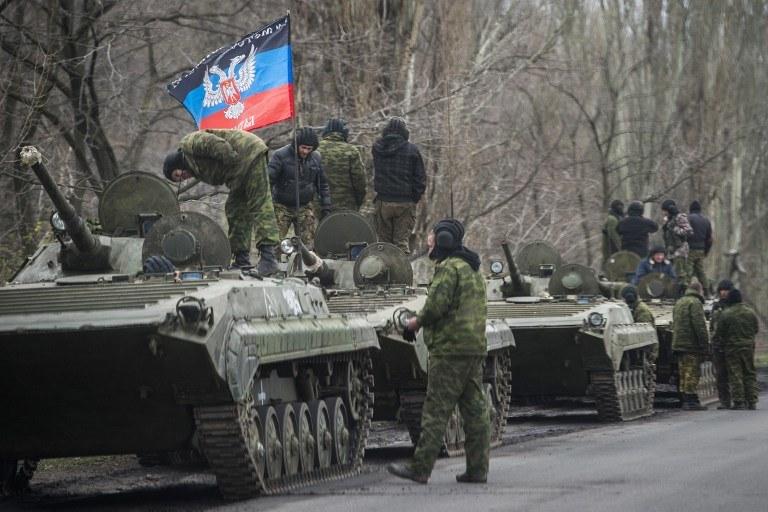 Prorosyjscy separatyści z flagą samozwańczej Donieckiej Republiki Ludowej /ODD ANDERSEN /AFP
