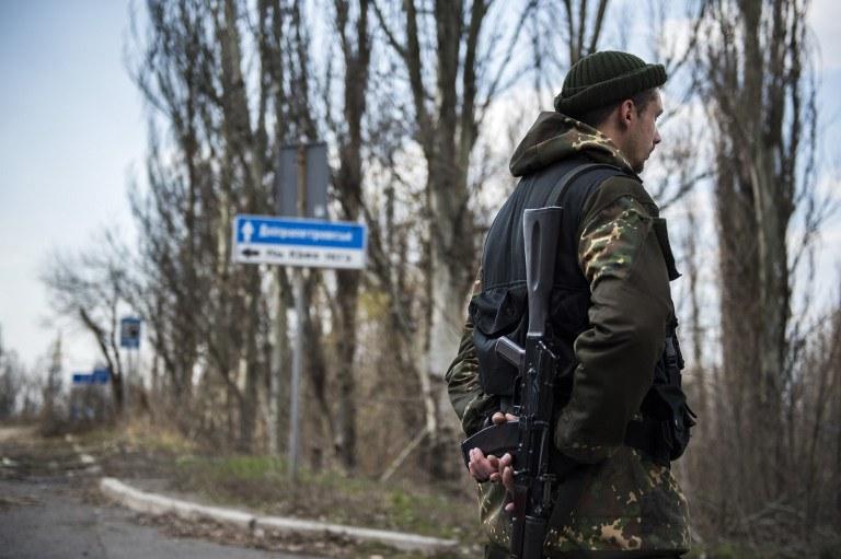 Prorosyjski separatysta w pobliżu lotniska w Doniecku /ODD ANDERSEN /AFP