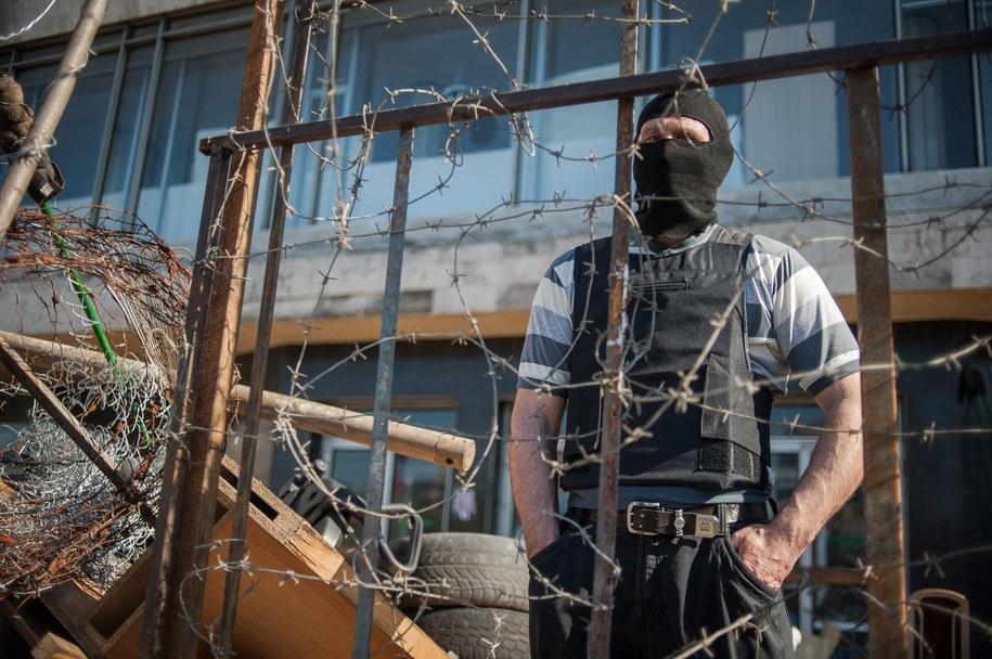 Prorosyjski separatysta w Słowiańsku /ROMAN PILIPEY /PAP/EPA