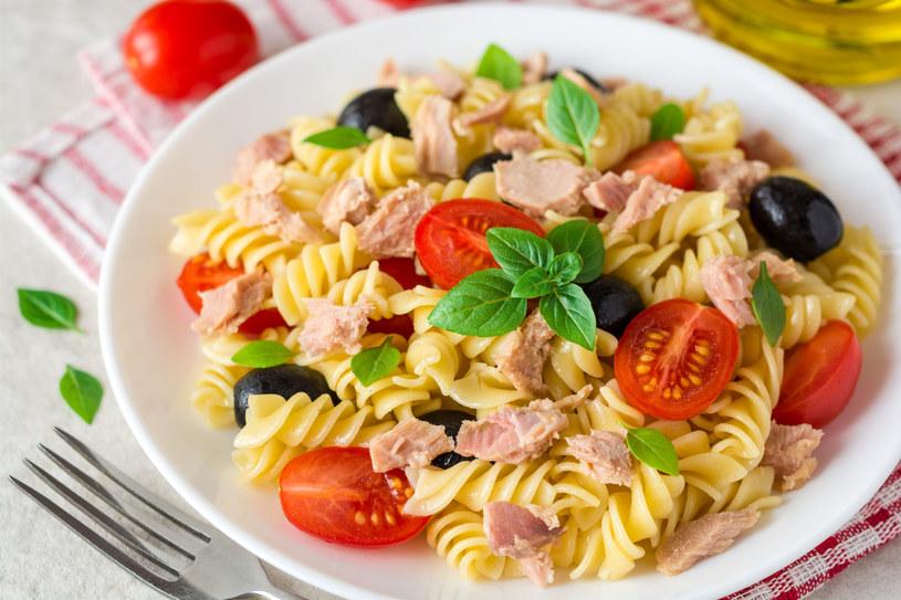 Prosta i smaczna sałatka z tuńczykiem, oliwkami, pomidorkami i makaronem /123RF/PICSEL