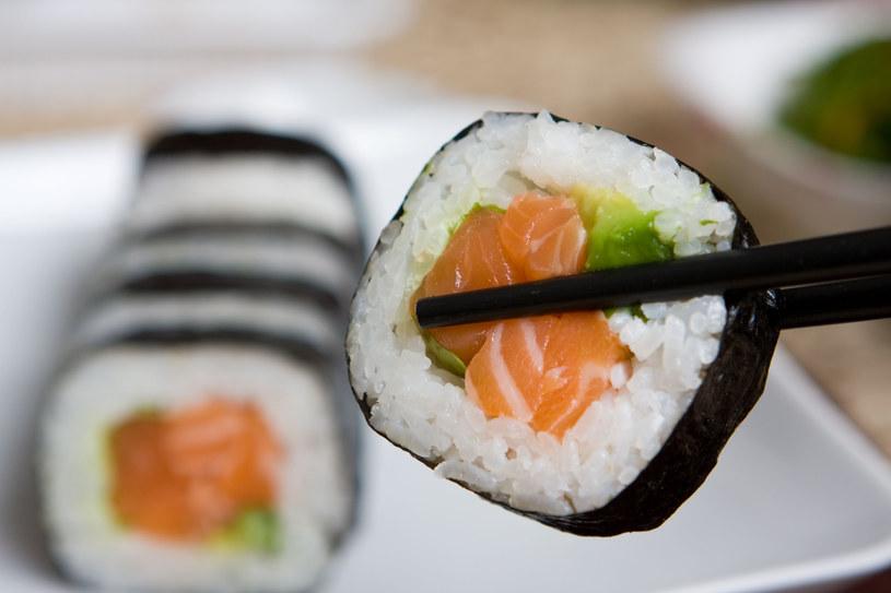 Prostą przekąską są maki - ryż ze świeżą rybą zawinięty w płaty alg  /© Panthermedia