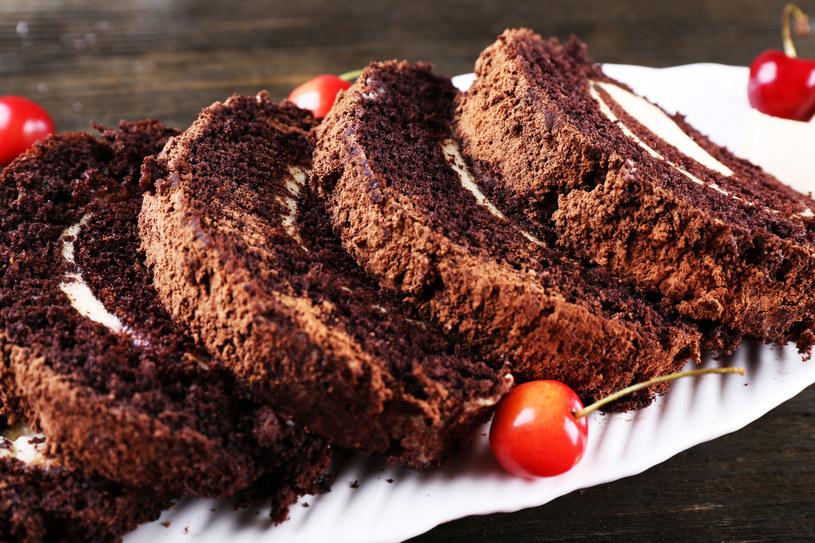 Prosta w przygotowaniu rolada czekoladowa z wiśniami /123RF/PICSEL