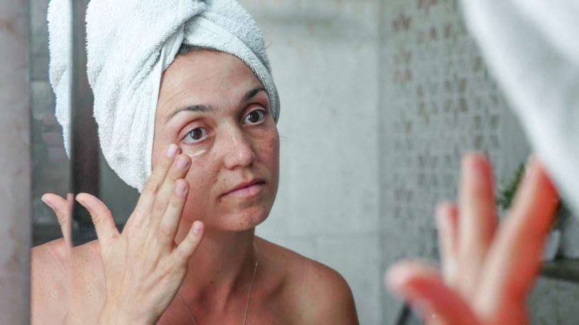 Proste ćwiczenia i aktywne składniki kremów pomogą pozbyć się skutków m.in mrużenia oczu /123RF/PICSEL