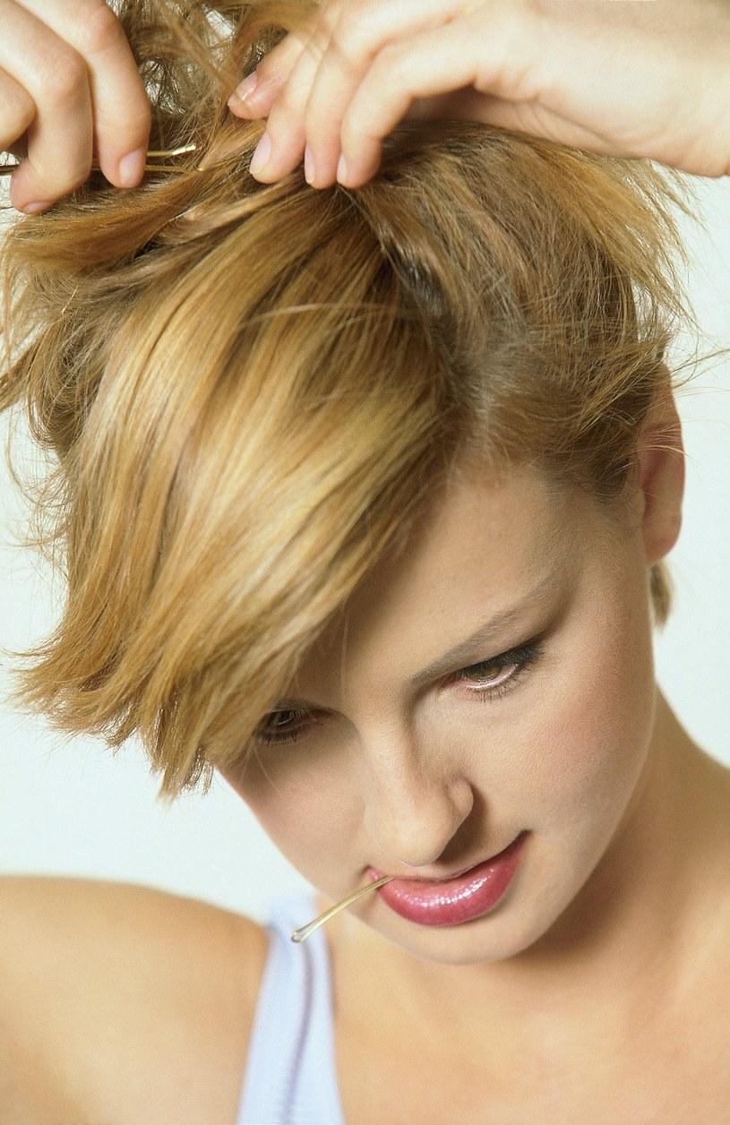 Proste fryzury możesz robić samodzielnie  /© Bauer