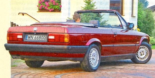 Proste linie nadwozia E30 w kabriolecie wydają się jeszcze bardziej kanciaste. Złożony dach w całości mieści się za tylną kanapą. /Motor