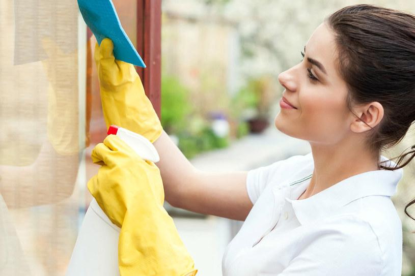 Proste rady pomogą ci dokładniej wyczyścić okna /123RF/PICSEL