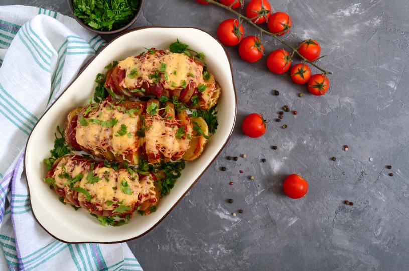 Proste w przygotowaniu, pożywne ziemniaczki pieczone faszerowane salami /123RF/PICSEL