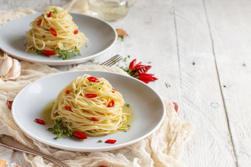 Proste w przygotowaniu spaghetti z papryczką chilli /123RF/PICSEL