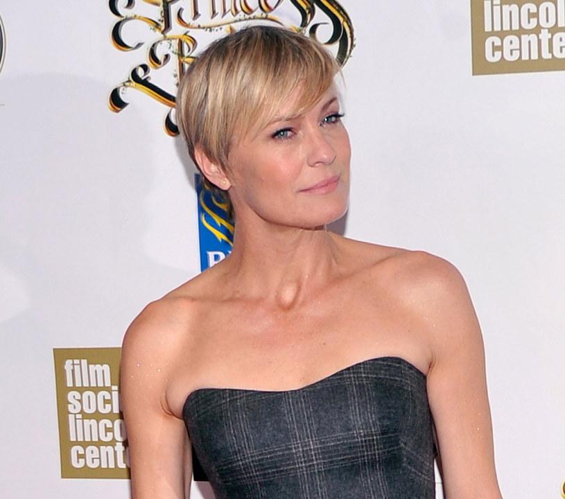 Proste włosy lepiej wyglądają w cięcie takim, jak u Robin Wright /Getty Images/Flash Press Media