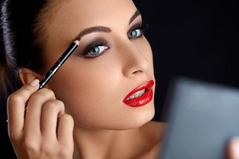 Prosty makijażowy trik może w łatwy i szybki sposób odjąć nam lat! /123RF/PICSEL