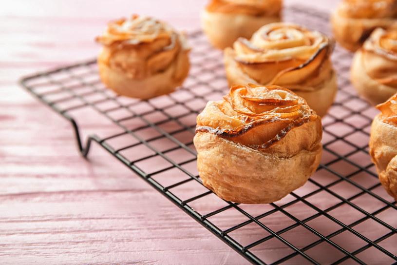 Prosty w przygotowaniu, efektowny deser z jabłkami /123RF/PICSEL