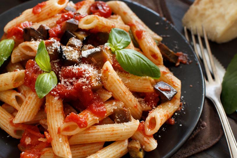 Prosty w przygotowaniu, smakowity makaron z bakłażanem i pomidorami /123RF/PICSEL
