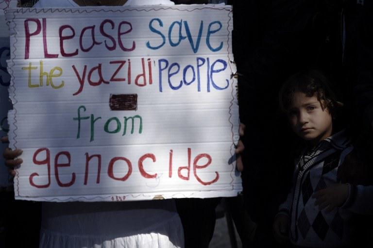 """""""Proszę, uratuj jazydów od ludobójstwa"""" /ARIS MESSINIS / AFP /AFP"""