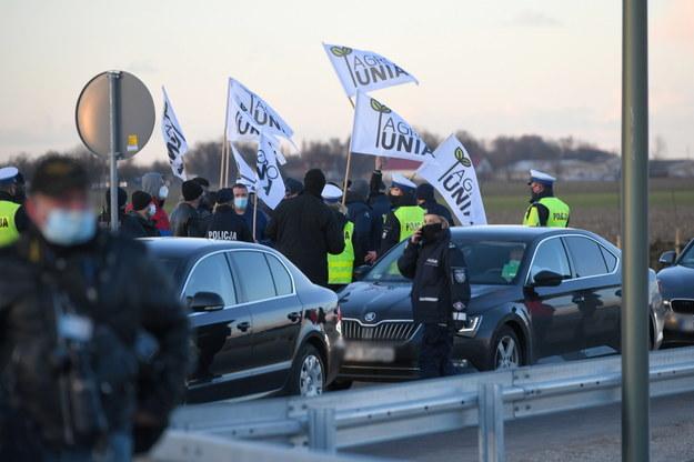 Protest Agrounii podczas oficjalnego otwarcia Wschodniej Obwodnicy Wrześni z udziałem premiera Mateusza Morawieckiego /Jakub Kaczmarczyk /PAP