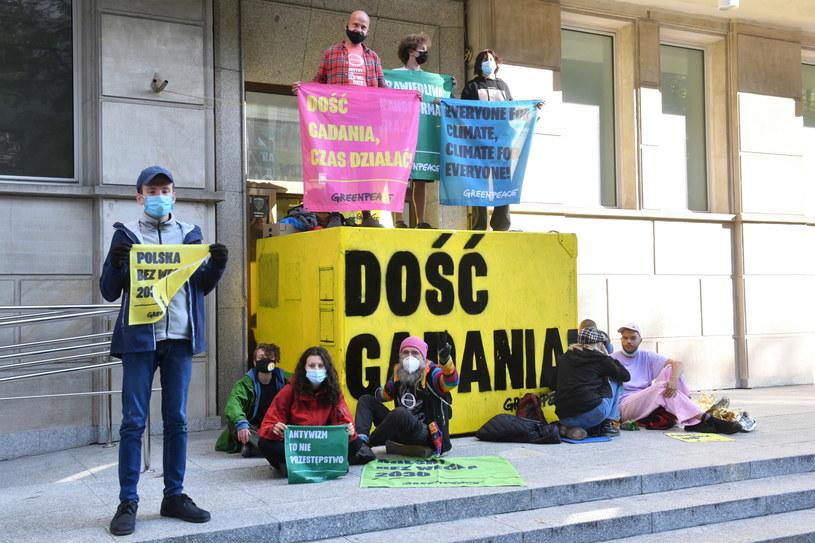Protest aktywistów Greenpeace Polska blokujących wejście do budynku Ministerstwa Aktywów Państwowych w Warszawie /Radek Piertuszka /PAP