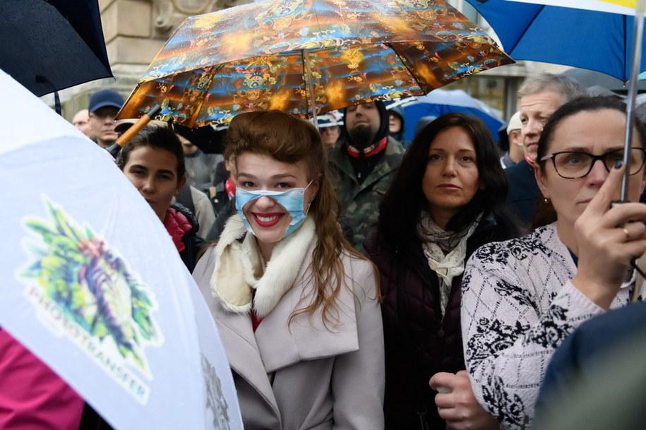 """Protest """"antymaseczkowców"""" w Poznaniu: Kilkuset ludzi wzięło udział w manifestacji """"Marsz o wolność"""" zorganizowanej przez Konfederację /Jakub Kaczmarczyk /PAP"""