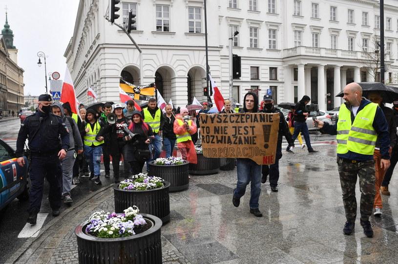 Protest antyszczepionkowców w Warszawie /Radek  Pietruszka /PAP