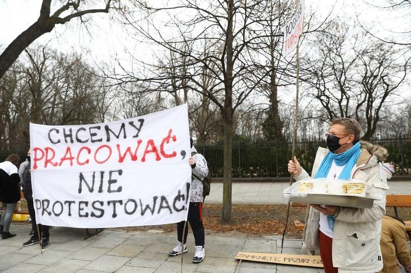 Protest branży hotelarskiej i gastronomicznej przed KPRM w Warszawie /Rafał Guz /PAP