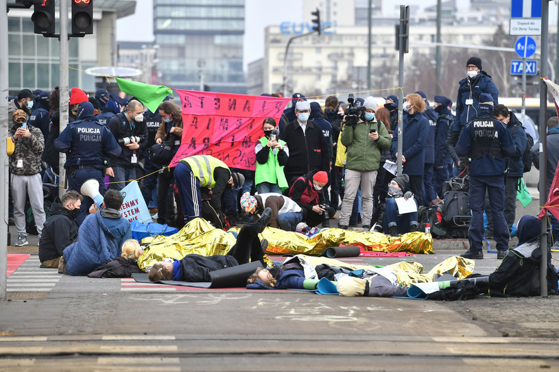 Protest Extinction Rebelion na rogu Emilii Plater i Alej Jerozolimskich /Mateusz Jagielski /East News