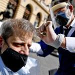 Protest fryzjerów w Neapolu. Strzygą pod gołym niebem