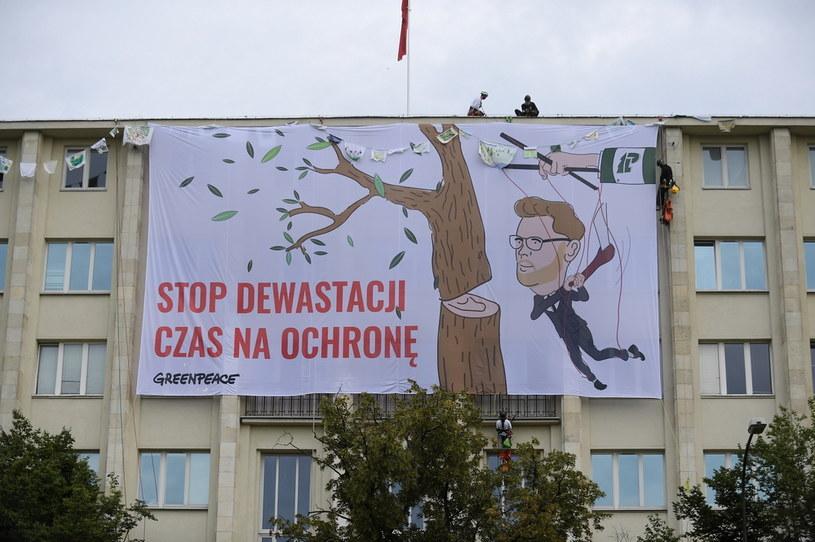 Protest Greenpeace na gmachu Ministerstwa Środowiska / Marcin Obara  /PAP