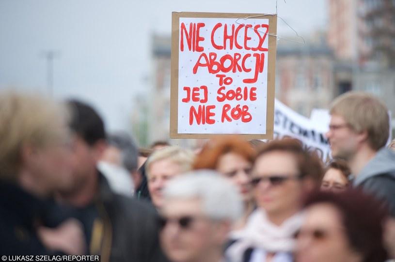 Protest kobiet przeciw zmianom ws. aborcji  (Łódź, 17.04.2016) /Łukasz Szeląg /Reporter