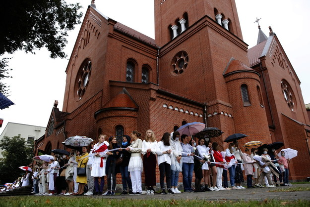 Protest kobiet przed kościołem w Mińsku /TATYANA ZENKOVICH  /PAP/EPA