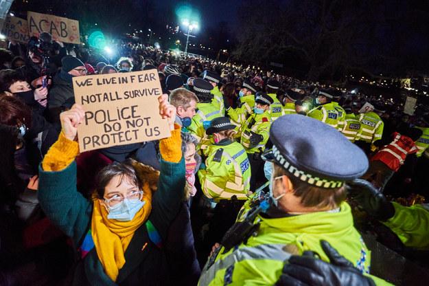 Protest kobiet w Londynie po śmierci 33-letniej Sarah /shutterstock /