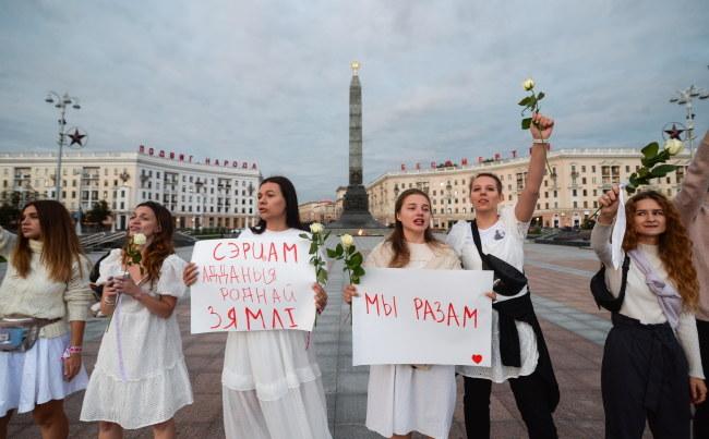 Protest kobiet z kwiatami w Mińsku /YAUHEN YERCHAK /PAP/EPA