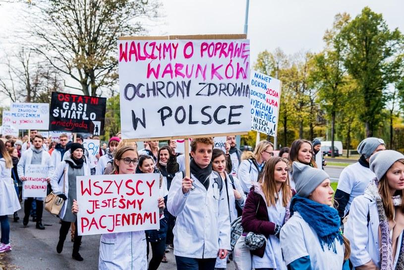 Protest medyków, gest poparcia dla rezydentów i protestujących w strajku głodowym. Fot. Marcin Bruniecki /Reporter